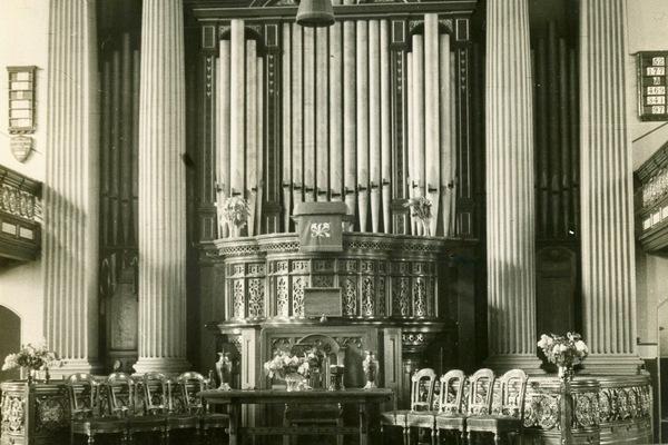 Hunter memorial organ, with original pulpit and commemorative plaques