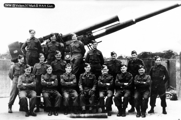 """3.7"""" Gun at Thornet Wood with members of the 71st County of London (Home Guard) Heavy A.A. Battery, """"D"""" Troop, No 7 Sub-Section"""