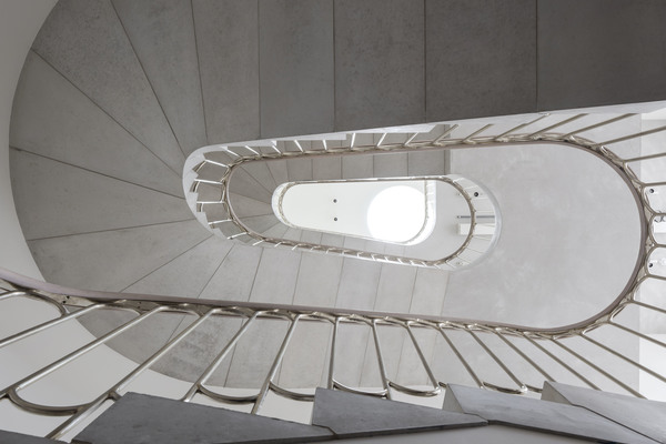 The Perimeter, Precast cantilevered staircase